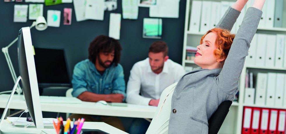 Žena se protahuje během pracovního dne v kanceláři