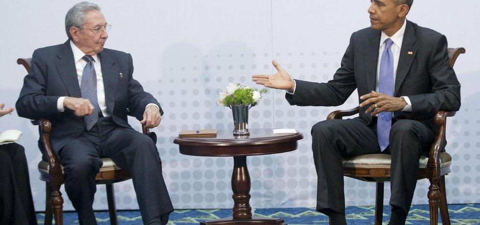 Americký prezident Barack Obama a kubánská hlava státu Raúl Castro spolu jednali na celoamerickém summitu v Panamě