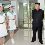 Děvčata v pozoru. Zaměstnankyně zábavního parku Rungna v Pchjongjangu při Kimově inspekci