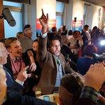 Radost ve štábu TOP09 poté, co Dominik Feri oznámil, že strana překonala hranici pěti procent