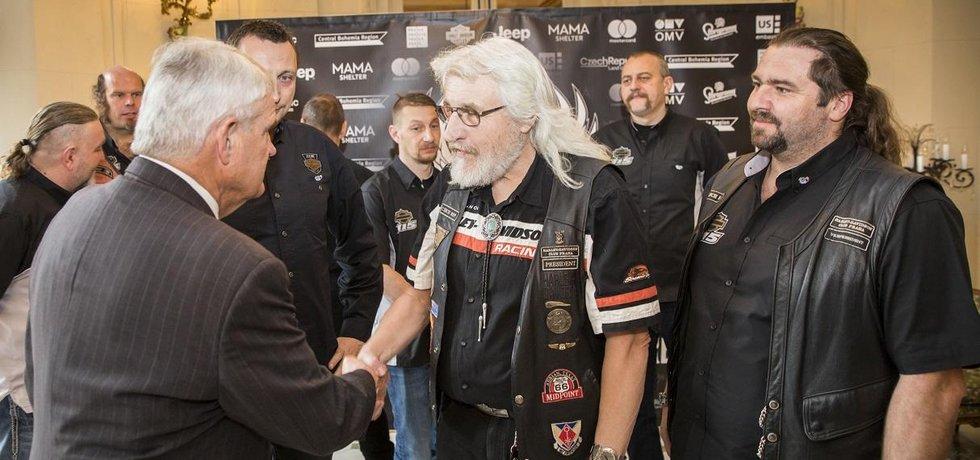 Americký velvyslanec v Česku Stephen King a prezident nejstaršího klubu Harley-Davidson na světě Martin Novák