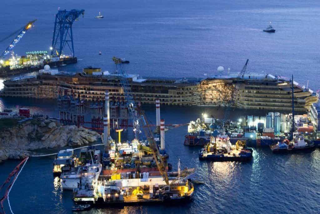 Pohled na boční část lodi Costa Concordia, která ležela ponořená ve vodě od ledna 2012.