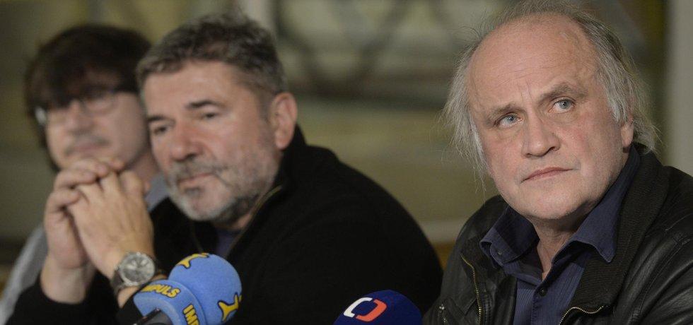 Představitelé Kroměřížské výzvy volají po odpovědnosti za prohlášení čtyř ústavních činitelů. Na snímku napravo bývalý ministr pro lidská práva Michael Kocáb.