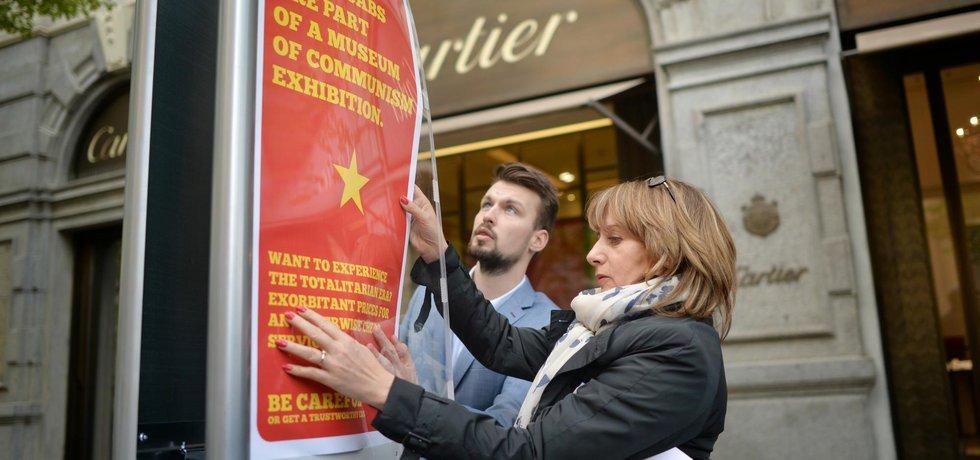 Primátorka Adriana Krnáčová vyvěšuje plakáty, které mají upozornit turisty na nepoctivé taxikáře