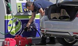 Muž ve floridském městě Miami opatřuje zásoby paliva před očekávaným příchodem hurikánu Irma