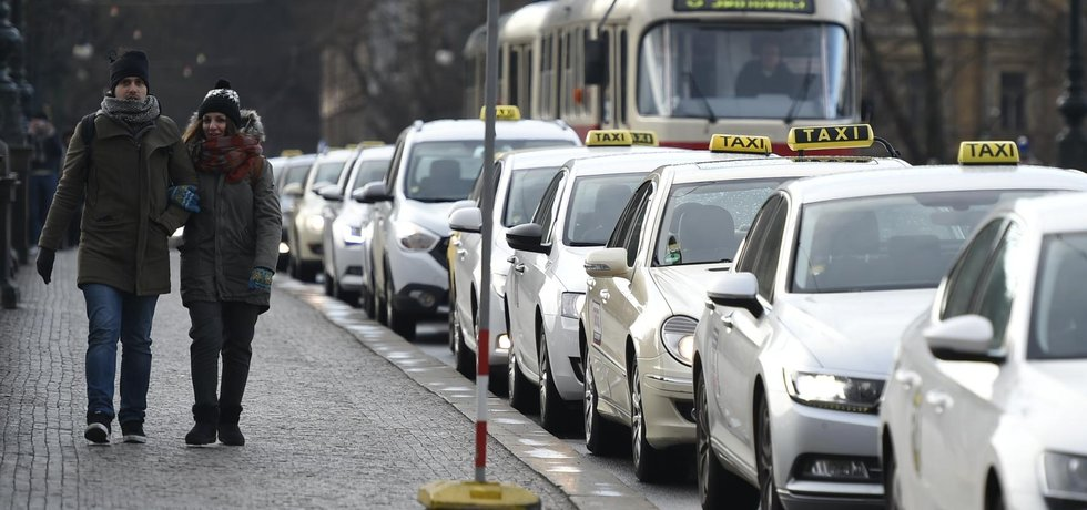Taxikáři zablokovali dopravu na nábřeží