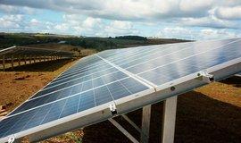 Čínský solární boom zpomaluje. Kapacita nových elektráren klesla o polovinu