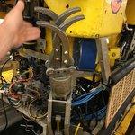 Nově firmy při stavbě mořských elektráren uplatňují i ponorku s robotickou paží
