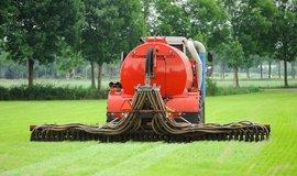 Vstřikování močůvky v Nizozemsku. Země je významným evropským vývozcem tohoto hnojiva.