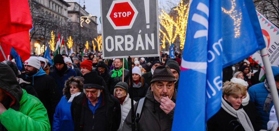 Asi 10 tisíc lidí přišlo protestovat proti novele zákoníku práce v Maďarsku