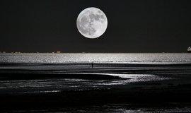 Měsíc v superúplňku nad čínským městem Čchin-chuang-tao v provincii Che-pej, Čína