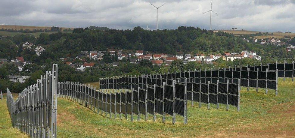 Svisle umístěné panely zabírají jen jedno procento plochy pole a využívají 10 až 15 procent záření, které na něj dopadá. Stále tak zůstává dostatek světla pro rostlinnou výrobu.