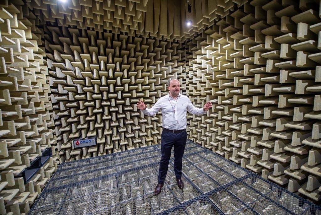 Vedoucí sekce akustických komor Petr Bohuš představuje jednu ze tří testovacích komor v novém vývojovém a technologickém centru Robert Bosch v Českých Budějovicích