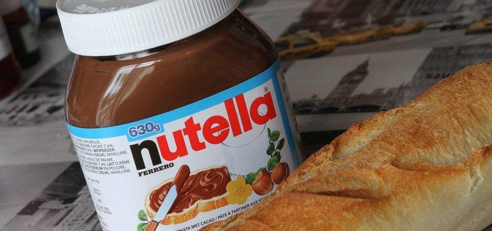 Nutella: Italský cukrář Pietro Ferrero se v roce 1946 pokoušel přijít na recept na cenově dostupnou čokoládu. Problémem však byl fakt, že kakaové boby byly v poválečné Itálii astronomicky drahé a byl jich velký nedostatek. Ferrero se je tak rozhodl nahradit lískovými oříšky. V témže roce vyrobil čokoládu Giandujot, tak tvrdou, že se musela řezat nožem. V horkém létě v roce 1949 se ale jednoho dne dávka Giandujot úplně roztavila, čímž se stala ještě chutnější. Pietrův syn Michele do čokolády později přidal rostlinný olej a lahvoval ji. Od roku 1964 ji pak pod názvem Nutella začal prodávat v celé Evropě, později po celém světě.