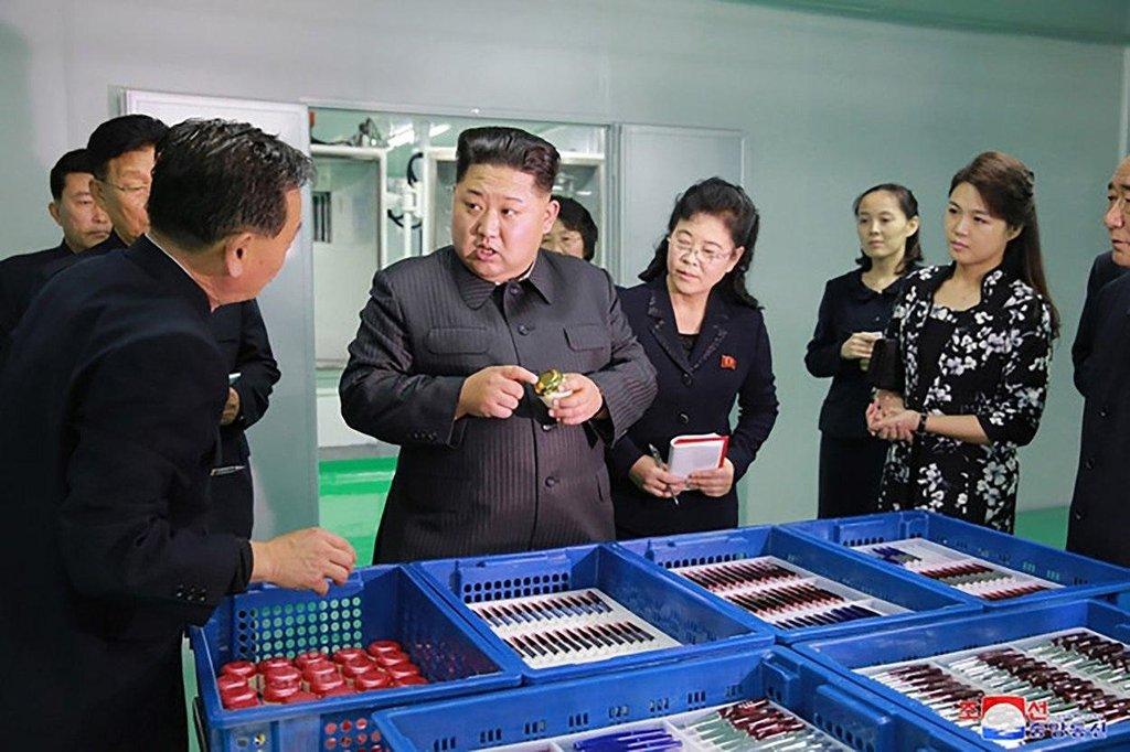 Kim Čong-un navštívil továrnu na kosmetiku v Pchjongjangu společně s manželkou Ri Sol-ču (vpravo v černých šatech s bílým vzorem). Fotografie byly zveřejněny 29. října 2017.