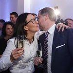 Alexandra Udženija v družném objetí s Petrem Fialou