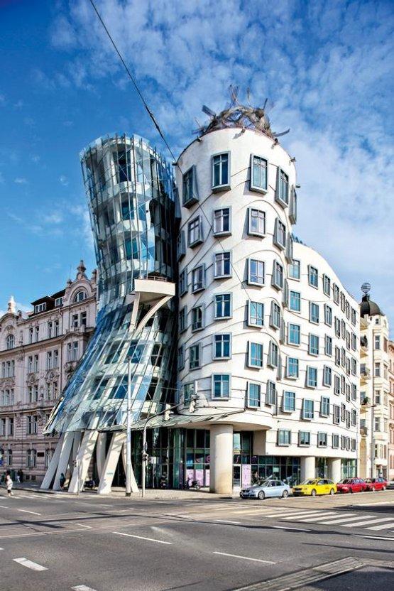 1995. Po rozpacích atrakce. Podobně jako většina avantgardních staveb nebyl ani Tančící dům hned od začátku zdrojem všeobecného nadšení. Stavba na pražském Rašínově nábřeží, kterou navrhl přední světový architekt Frank O. Gehry ve spolupráci s Vladem Milunićem, se ale rychle stala hlavní ikonou novodobé pražské architektury. V současnosti zdobí nejednoho průvodce a je magnetem pro turisty. Podle renomovaných architektů byl však Tančící dům první vlaštovkou, která ještě jaro nedělá. V metropoli sice zvláště po roce 2000 vznikala řada nových komerčních i bytových staveb, až na ojedinělé výjimky ovšem většinou v tuctovém architektonickém provedení.