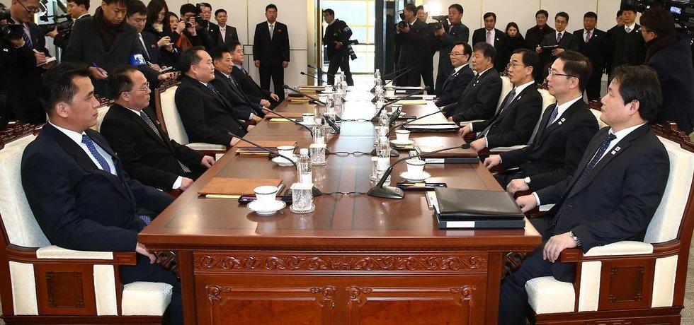 Zástupci KLDR a Jižní Koreje před vzájemným jednáním