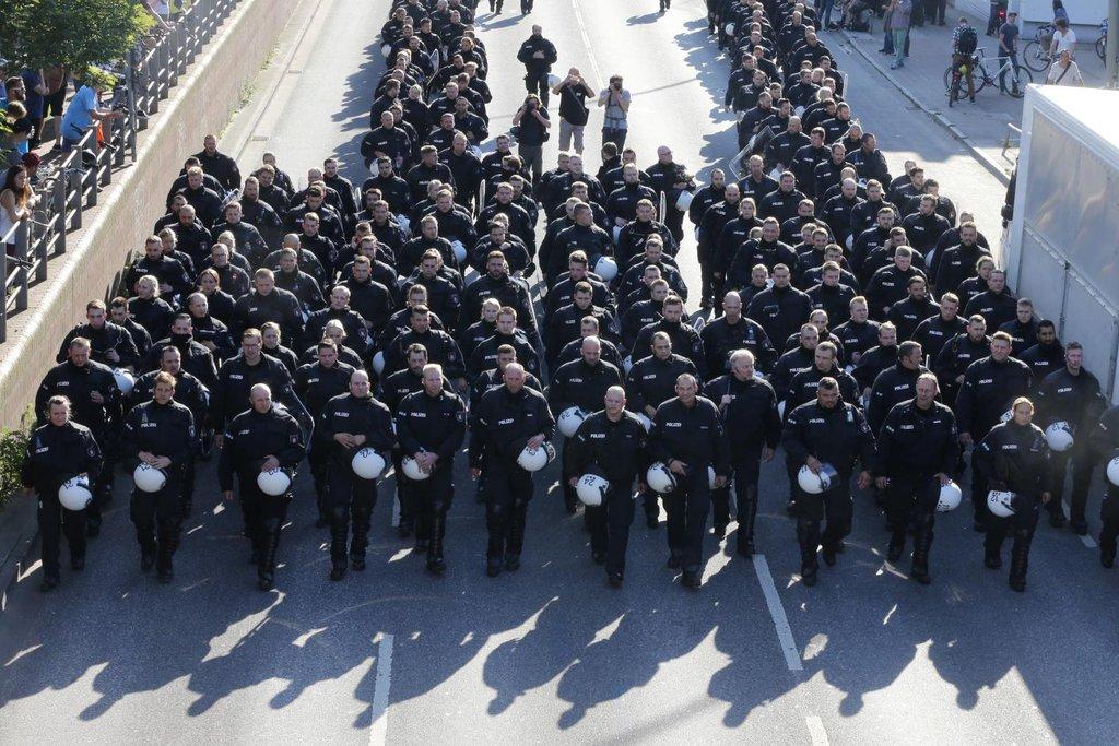 Policie jejich pochod městem zastavila krátce po začátku kvůli tomu, že řada jeho účastníků měla zakrytý obličej.