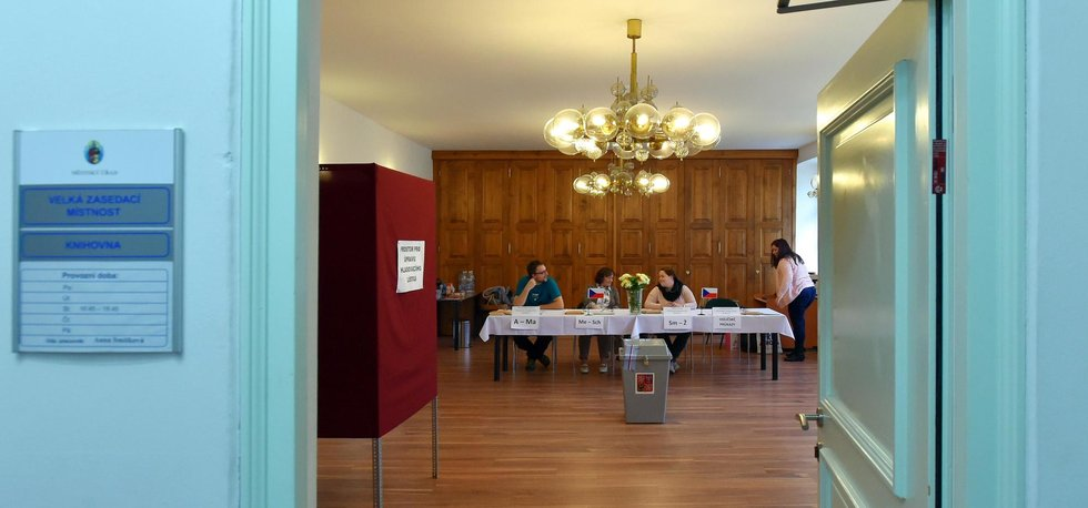 V nejvýše položeném českém městě, Božím Daru na Karlovarsku, je volební místnost umístěna v zasedací místnosti městského úřadu