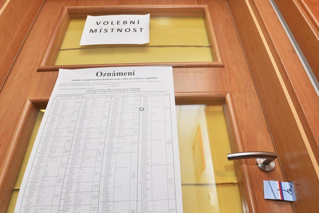 Zapečetěná volební místnost po prvním dnu druhého kola prezidentských voleb