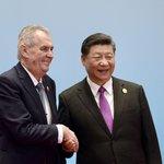 Čínský prezident Si Ťin-pching (vpravo) přivítal 27. dubna 2019 v Pekingu českého prezidenta Miloše Zemana na druhém dnu konference o projektu nové Hedvábné stezky.