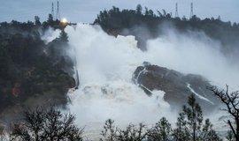 Přehradě v Oroville hrozilo koncem února protržení.