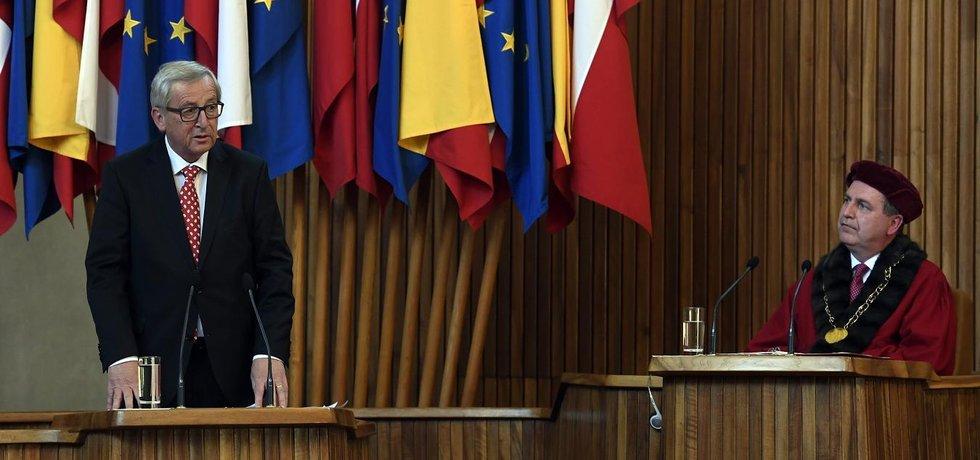 Předseda Evropské komise Jean-Claude Juncker v pražském Karolinu. Vpravo rektor Univerzity Karlovy Tomáš Zima