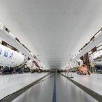Nosiče rakety Falcon 9 v hangáru.