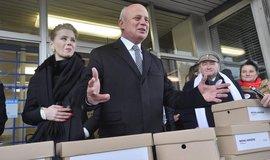 Michal Horáček v doprovodu manželky Michaely Horejší-Horáčkové (vlevo) zaregistroval na ministerstvu vnitra svou kandidaturu na prezidenta