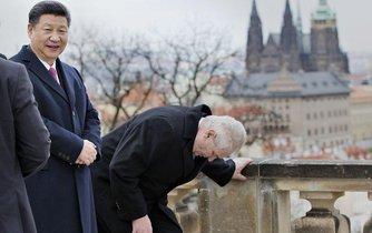 Miloš Zeman v předklonu, Si Ťin-pching vzpřímený. Obrázek dobře symbolizující vztah Česka a Číny