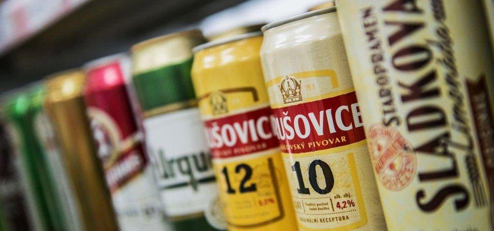 Plechové obaly 0,4 l piv Krušovice z rodiny českého Heinekenu.