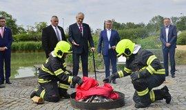 Prezident Miloš Zeman při pálení rudých trenek