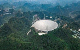 Největší radioteleskop na světě FAST má za úkol zachytávat signály, které by mohly přicházet od mimozemského života