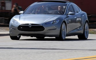 Elon Musk za volantem Modelu S