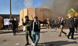 Demonstrace před americkým velvyslanectvím v Bagdádu