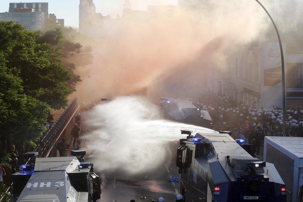 K nevoli účastníků protestu policisté auty s vodními děly zablokovali další cestu.