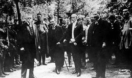 Masaryk a Karel Kramář (v popředí vlevo) měli k sobě zpočátku blízko. Brzy se z nich však stali zarputilí protivníci.