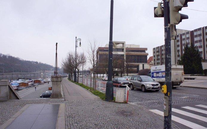 Na nábřežní komunikaci dojde k rozšíření jízdních pruhů a jejich počet se o jeden sníží.