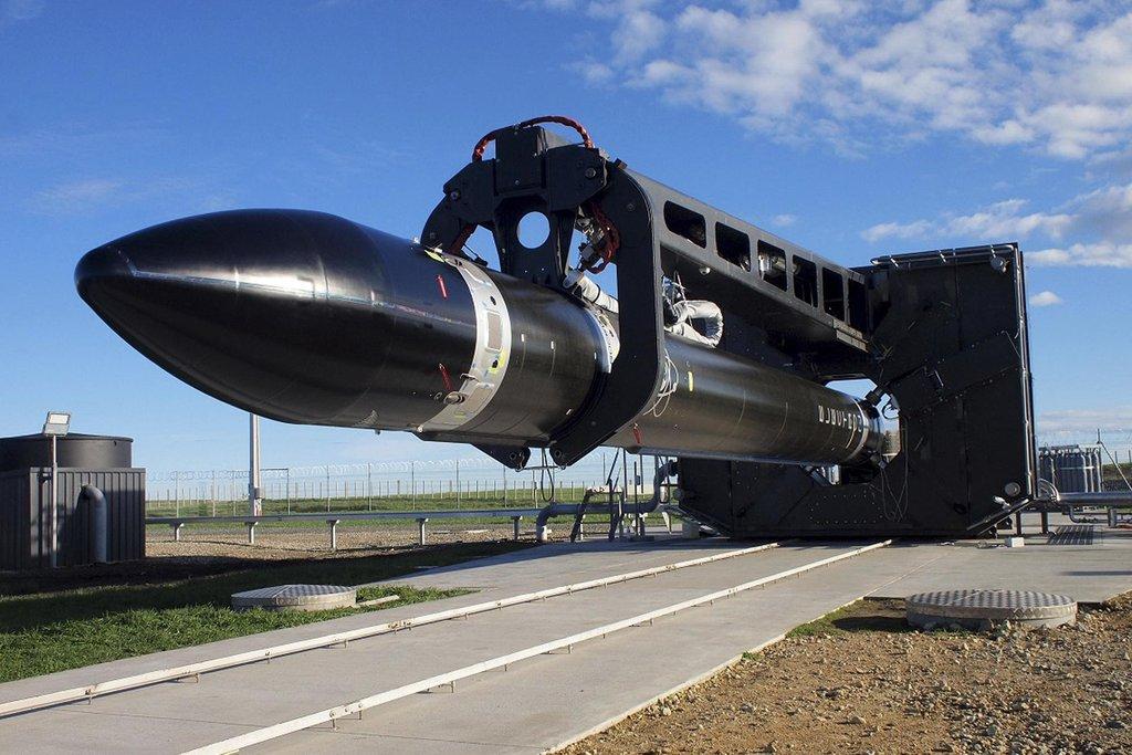 Rakety firmy Rocket Lab, které jsou celé vyrobeny z lehkých kompozitních materiálů a jsou na jedno použití, sázejí na rychlou přípravu na start a jsou zaměřeny na vynášení lehkých nákladů o hmotnosti kolem 150 kilogramů.