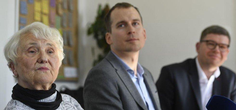 Zdena Mašínová mladší a pražští zastupitelé Jan Čižinský (Praha Sobě) a Jiří Pospíšil (TOP 09)