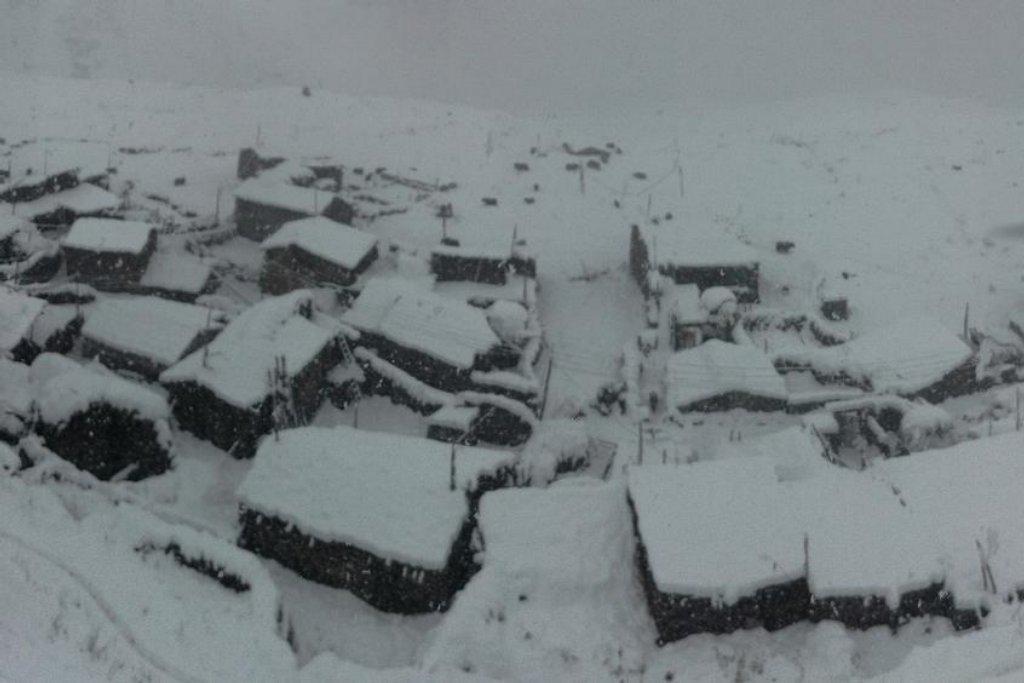 Vesnice Samdo z výšky asi 4000 m, první den pobytu