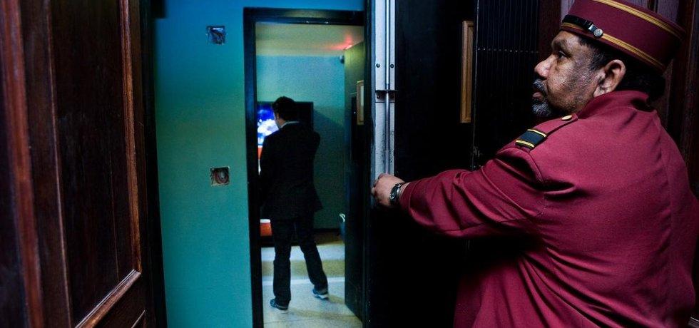 Obsluha hotelového výtahu - ilustrační foto