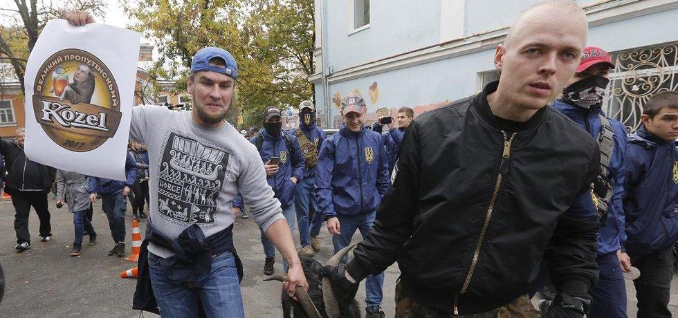 Ukrajinci demonstrovali proti Miloši Zemanovi před českou ambasádou v Kyjevě