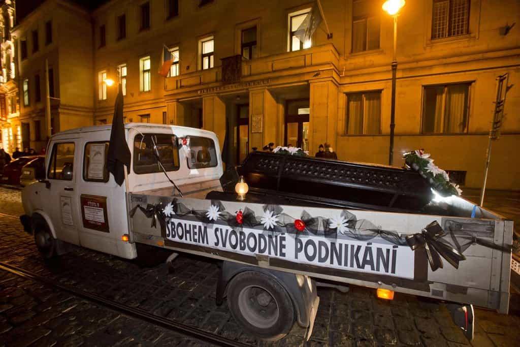 """Centrem Prahy projel 30. listopadu protestní """"smuteční průvod"""" zhruba 20 automobilů živnostníků a podnikatelů, kteří nesouhlasí se zákonem o elektronické evidenci tržeb (EET)."""
