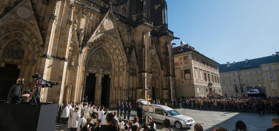V chrámu svatého Víta se v sobotu 12. října konala zádušní mše za zesnulého zpěváka Karla Gotta.