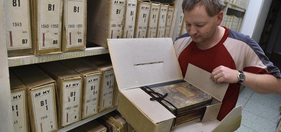 Archivář Josef Vávra v archivu bezpečnostních složek v katastru obce Kanice u Brna