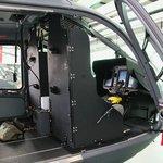 Piloty v kabině chrání neprůstřelné desky. Stejný materiál je i v podlaze vrtulníku.