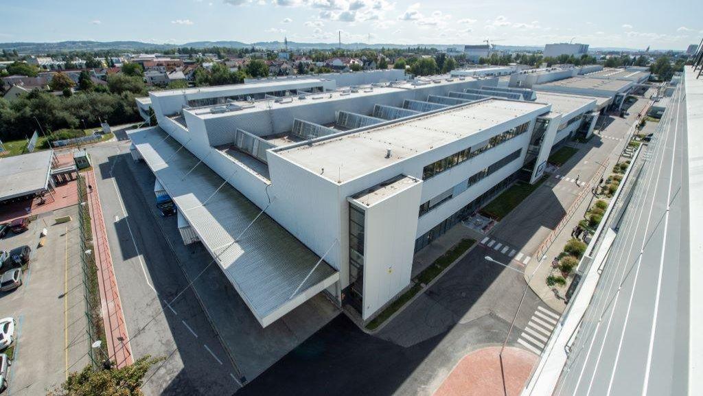 Pohled na výrobní areál Robert Bosch v Českých Budějovicích z nové budovy.