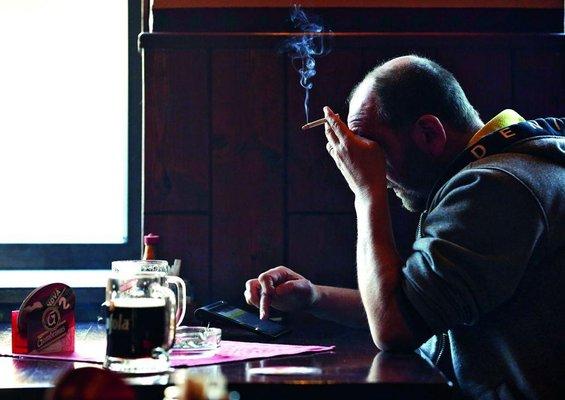 místní dospělý kouření